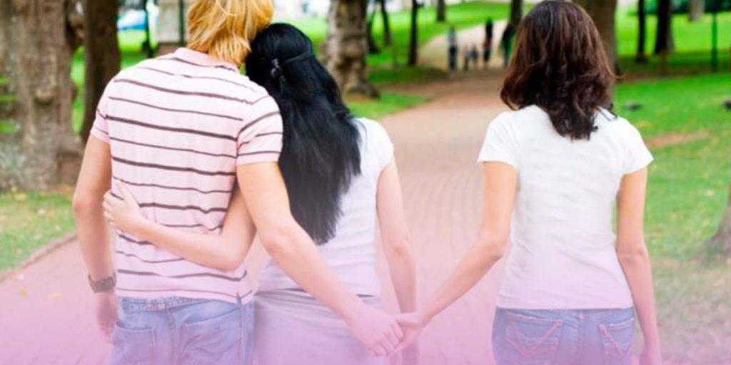 pareja caminando con una tercera persona cogiengo la mano del hombre